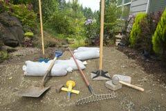 Escavando e colocando Pavers para o pátio do jardim fotografia de stock