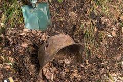 Escavando na floresta o capacete alemão M35 imitation Recuperação WW2 Rússia fotografia de stock royalty free