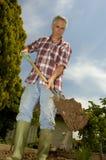 Escavando o jardim fotografia de stock
