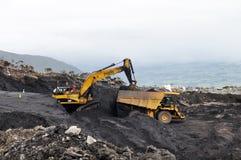 Escavando para fora o carvão Fotos de Stock Royalty Free