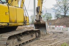 Escavatore alla sabbionaia durante gli impianti movimento terra fotografia stock libera da diritti