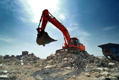 Escavatore arancione che scava Immagine Stock Libera da Diritti