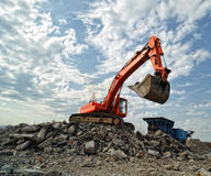 Escavatore arancione sul cantiere Fotografia Stock Libera da Diritti