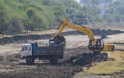Escavatore Backhoe Digger ed autocarro con cassone ribaltabile fotografie stock