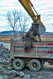 Escavatore che carica un camion Immagine Stock