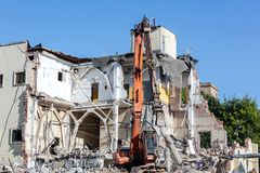 Escavatore che funziona al cantiere di demolizione Fotografia Stock