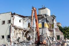 Escavatore che funziona al cantiere di demolizione Immagini Stock