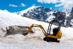 Escavatore che funziona nelle alte alpi Austria Immagini Stock