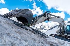 Escavatore che funziona nelle alte alpi Austria Immagine Stock Libera da Diritti