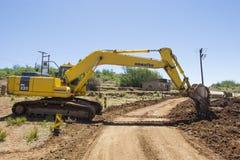 Escavatore che lavora alla strada Immagine Stock