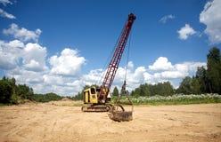 Escavatore che sta sulla sabbia vicino alla foresta il giorno di estate Fotografia Stock Libera da Diritti