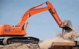 Escavatore a cucchiaia rovescia che fa uscire sporcizia Fotografia Stock