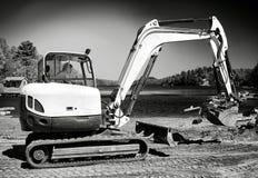 Escavatore a cucchiaia rovescia che lavora alla spiaggia B&W Fotografie Stock Libere da Diritti