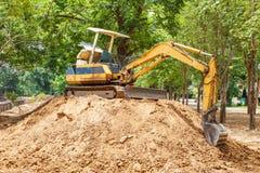 Escavatore a cucchiaia rovescia del secchio con il trattore Fotografia Stock