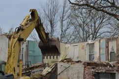Escavatore a cucchiaia rovescia e vecchia casa Fotografia Stock Libera da Diritti