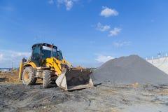 Escavatore del caricatore della rotella che scarica sabbia Immagine Stock