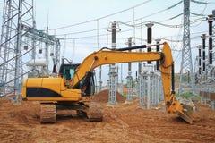 Escavatore del cingolo al cantiere della sottostazione elettrica del settore industriale Immagini Stock Libere da Diritti