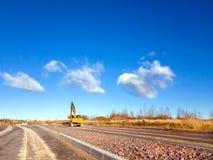Escavatore del cingolo con il secchio, strada della costruzione Immagini Stock Libere da Diritti