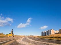 Escavatore del cingolo con il secchio, strada della costruzione Fotografia Stock Libera da Diritti