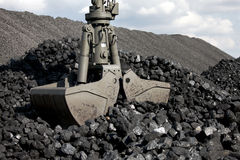 Escavatore di caricamento del carbone, mucchi di carbone fotografia stock libera da diritti
