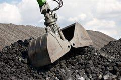 Escavatore di caricamento del carbone, mucchi di carbone immagini stock libere da diritti