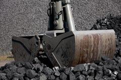 Escavatore di caricamento del carbone, mucchi di carbone immagine stock