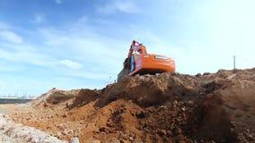 Escavatore Digs di vista dal basso con il secchio e carichi nel ribaltatore video d archivio