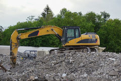 Escavatore giallo al cantiere di demolizione Fotografie Stock Libere da Diritti