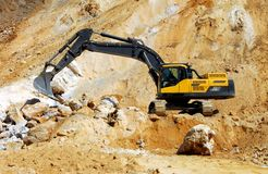Escavatore giallo, chiatta Immagini Stock Libere da Diritti