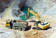 Escavatore giallo, chiatta Fotografia Stock Libera da Diritti
