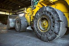 Escavatore giallo scavatore della costruzione resistente con i grandi weels Immagine Stock