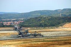 Escavatore gigante che scava sulla miniera di carbone Fotografia Stock Libera da Diritti