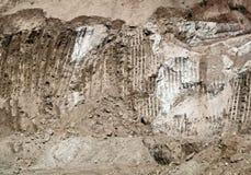 Escavatore industriale Scrape Marks Left della terra su Hillside immagine stock