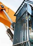 Escavatore moderno con i recinti di protezione di sicurezza sul Ca anteriore Fotografia Stock