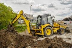 Escavatore in nuova via della costruzione site Tjumen' La Russia Fotografia Stock