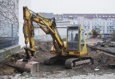 Escavatore su un cantiere urbano fotografie stock libere da diritti