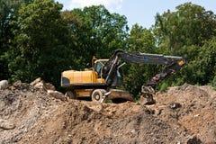 Escavatore sul monticello Immagini Stock
