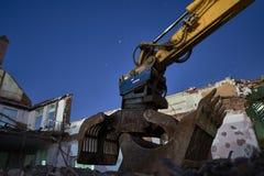 Escavatore sulle pietre alla pietra scura e blu di notte, Fotografia Stock