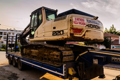 Escavatore On Trailer Immagini Stock Libere da Diritti