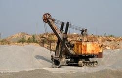 Escavatore in una miniera a cielo aperto immagini stock