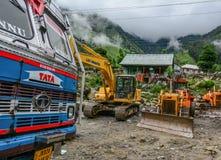 Escavatori che lavorano alla costruzione di strade immagine stock