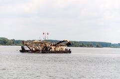Escavatori che scavano sabbia sul Danubio Immagini Stock Libere da Diritti