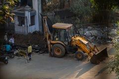 Escavatori del Jcb su funzionamento della strada fotografie stock libere da diritti
