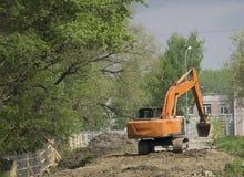 Escavatori di distruzione che scavano la terra Fotografia Stock