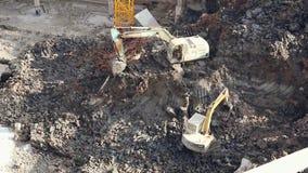 18 05 2019 escavatori di funzionamento di Kunming, Cina sul cantiere in città cinese video d archivio