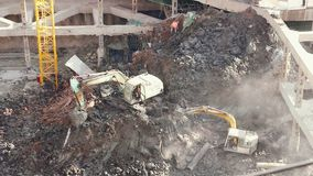 18 05 2019 escavatori di Kunming, Cina sul cantiere in città cinese archivi video
