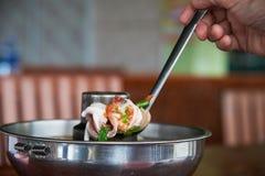 Escave a sopa do camarão do potenciômetro quente imagem de stock
