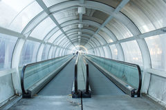 Escave um túnel com escada rolante em um estação de caminhos-de-ferro em Romênia fotografia de stock