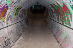 Escave um túnel com grafittis Imagens de Stock Royalty Free