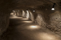 Escave um túnel no tufo - rocha feita da cinza vulcânica foto de stock royalty free